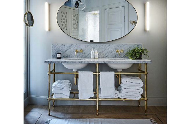 Tvättstället i badrummet är specialbeställt från England via Jeanette Frid.