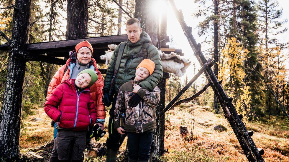 Manfred och Hilding ska följa med sina föräldrar på älgjakt. Stället de ska jaga på ligger cirka en timme från Jokkmokk, i Nautijaur.