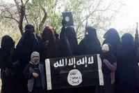 """Bilden kommer från """"Ummu Fidaas"""" facebooksida och är från Syrien tidigare i år. Fler svenskar är med på bilden. """"Jag och mina systrar"""", skriver """"Umma Fidaa"""" om kvinnorna och barnen som håller upp islamiska statens flagga."""