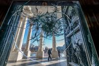 En krossad glasruta i Kapitolium påminner om förra veckans stormning.