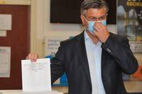 Kroatiens premiärminister Andrej Plenković lägger sin röst i söndagens val.