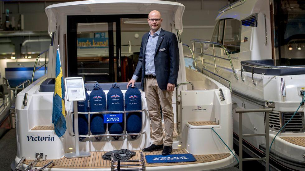 Svenska Nimbus visar en familjebåt med fyra kojplatser som serietillverkas med eldrift. Men än så länge sjunker räckvidden rätt snabbt om man kör betydligt fortare än sex knop, konstaterar försäljaren Erik Hansson.