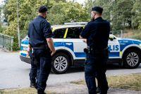 Poliser vid gångbron i Flemingsberg där två barn skottskadades.