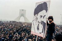 Hundratusentals människor demonstrerar mot shahen i Teheran i oktober 1978, trots att undantagstillstånd införts månaden innan. Protesterna fortsätter bara att växa.