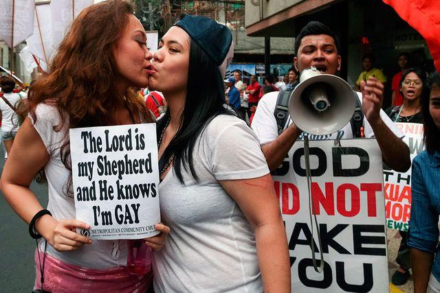 Två kvinnor i Manila, Filippinerna, protesthånglar bredvid en man som demonstrerar mot homosexualitet. I David Levithans roman är det ingen som protesterar varken för eller mot någon. Alla får vara precis som de vill.