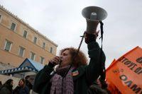 Tusentals demonstranter hade samlats utanför parlamentet i Aten när nya, hårdare strejkregler debatterades på måndagen.