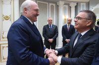 René Fasel, till höger, hälsar kärvänligt på Belarus president Aleksandr Lukasjenko tidigare i veckan.