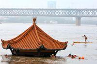 Invånare tar en simtur vid en paviljong som översvämmats vid Yangtzefloden i Wuhan i Hubeiprovinsen i förra veckan.