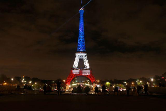Eiffeltornet lystes i dag upp med franska trikoloren för att hedra offren i Parisdåden.