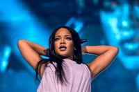 Rihanna uppträder under Anti World Tour.