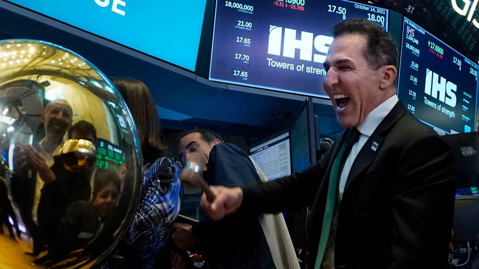 Investeraren Sam Darwish ringer i börsklockan i New Yorks börshus.