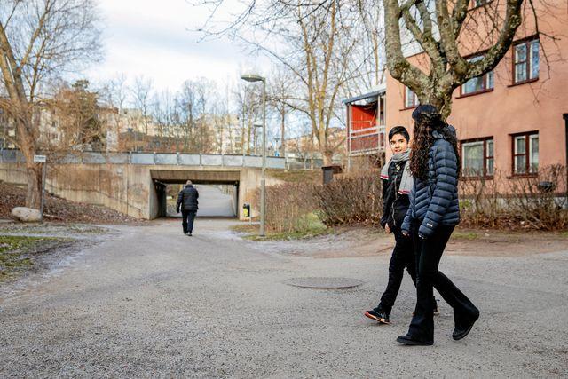 Både Ines och Adam känner sig trygga i skolan där det finns bra kompisar och lärare att prata med. Foto: Emma-Sofia Olsson