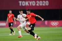Spaniens Pedri och Egyptens Taher Mohamed under OS-premiären som slutade 0–0.