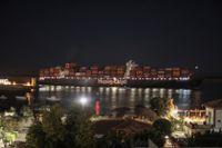 Ett fraktfartyg färdas genom Suezkanalen i Egypten under de tidiga tisdagstimmarna, kort efter det att ett fartyg som blockerat kanalen i flera dagar kommit loss.