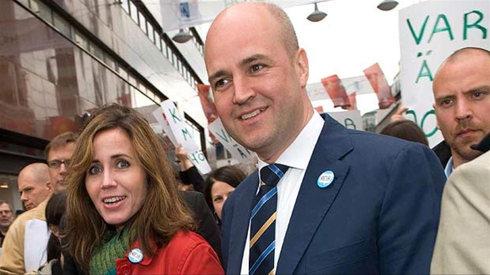 Fredrik Reinfeldt och hustrun Filippa Reinfeldt kampanjspurtar dagen före EU-valet vid valstugan vid femte Hötorgsskrapan i Stockholm på lördagen. Han är statsminister och hon är vårdlandstingsråd i Stockholm.
