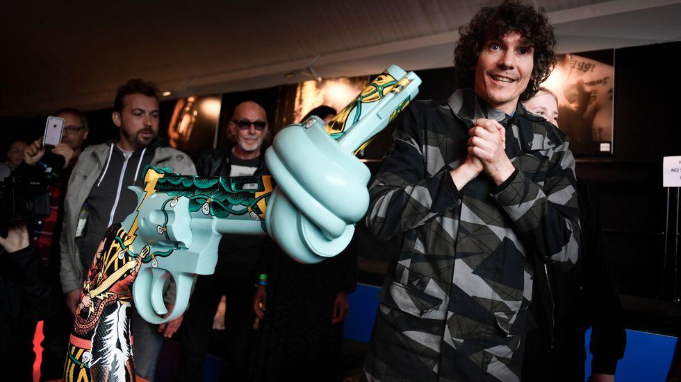 Håkan Hellström avtäckte den egendesignade knutna pistolen under Bråvallafestivalen. Hellström är ny kulturambassadör för Non-Violence Project Sweden.