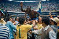 Pelé hyllas efter att Basilien vunnit sitt tredje världsmästerskap 1970 i Mexiko.