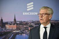 Ericssons vd Börje Ekholm visar korten. Arkivbild.