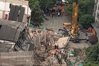 Flera människor omkom när en byggnad rasade samman i Shanghai.