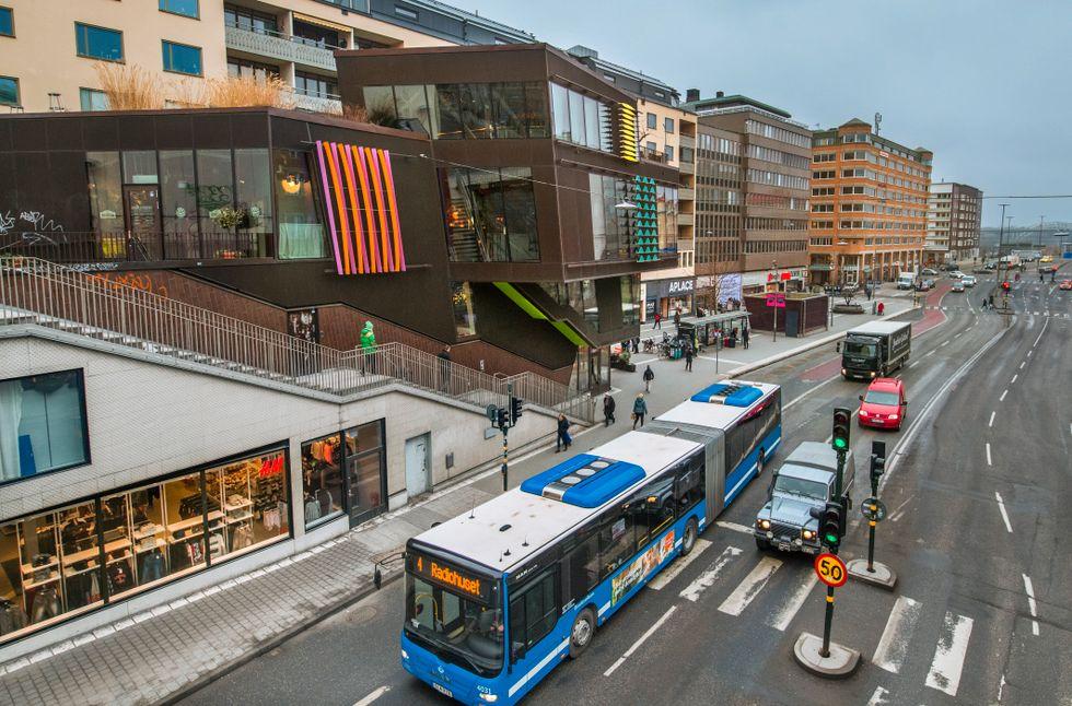 Busslinje 4, fångad vid hållplatsen i Hornstull, som efter omläggningen är tänkt att flyttas till mitt i vägen.