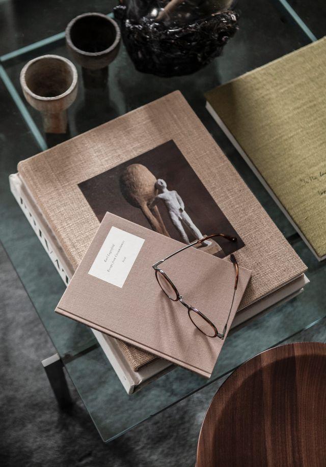 En del av  Daniel Lindströms stora samling av mode- och  designböcker.