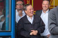 Armin Laschet (i mitten), ministerpresident i Nordrhein-Westfalen och partiledare för kristdemokratiska CDU, har fått kritik sedan han skrattat under en presskonferens i helgen. Arkivbild.