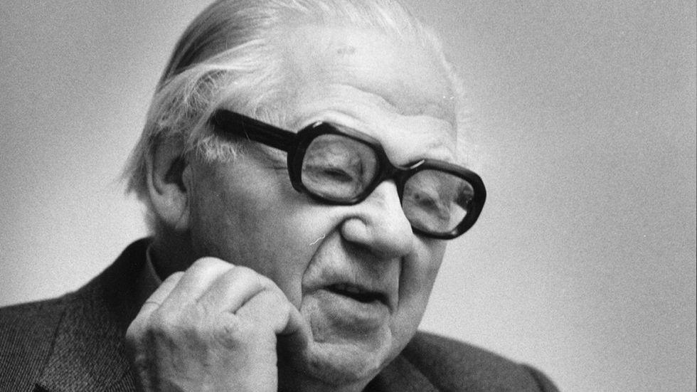 1986: Finansminister Gunnar Sträng (S) kliar sig på kinden
