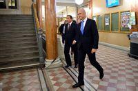 Stefan Löfven och Fredrik Reinfeldt på väg till gårdagens debatt i TV4. FOTO: TT