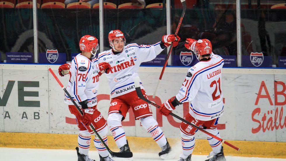 Timrås Ty Rattie, i mitten, jublar med lagkamraterna efter sitt 3–0-mål.