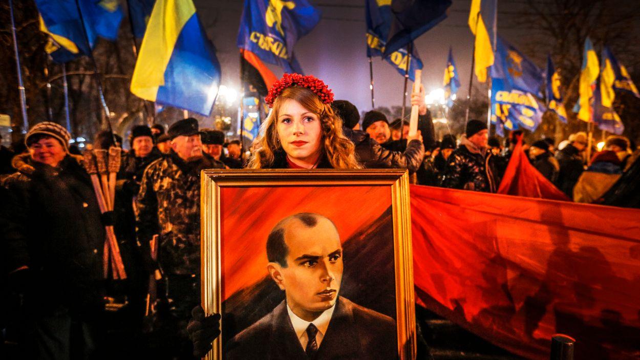Ukrainska nationalister håller upp ett porträtt av Stepan Bandera under en demonstration i Kiev. Bandera ledde en fraktion av den ukrainska nationalistiska rörelsen OUN som under andra världskriget medverkade i massmord på judar.