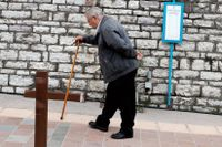 En äldre man i Karpenisi, Grekland. Födelsetalet i Grekland beräknas bli 1,3 barn per kvinna i år.