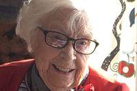 Annie Strömbom är i dag 105 år och trivs fortfarande bra i Fredhäll dit hon flyttade 1935. Bilden på Annie på balkongen är från 1930-talet.