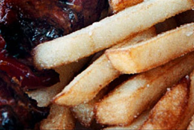 Grillspett med pommes frites.