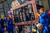 Franska demonstranter kräver straff för berömda män som misstänks för sexuella övergrepp, på internationella kvinnodagen förra månaden.