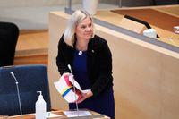 Finansminister Magdalena Andersson (S) lämnar budgetpropositionen till riksdagens talman inför budgetdebatten.