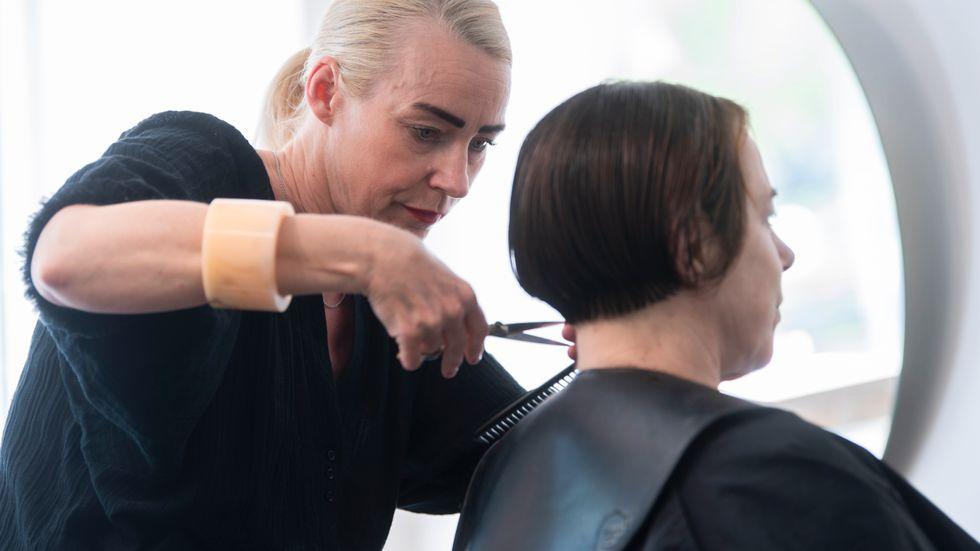 Maria Sköld klipper stamkunden Maria Falk i sin frisersalong i Stockholm. Båda försöker vara försiktiga för att inte smittas, men vill ändå upprätthålla vardagslivet – som företagare respektive kund.