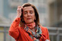 Nancy Pelosi hade munskydd hängande runt halsen när hon besökte frisörsalongen inomhus. Bilden är tagen vid annat tillfälle  i San Francisco på tisdagen.