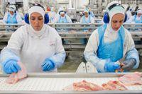 Kött från världens största köttbolag JBS, som kantats av en rad skandaler de senaste åren, säljs i Sverige.