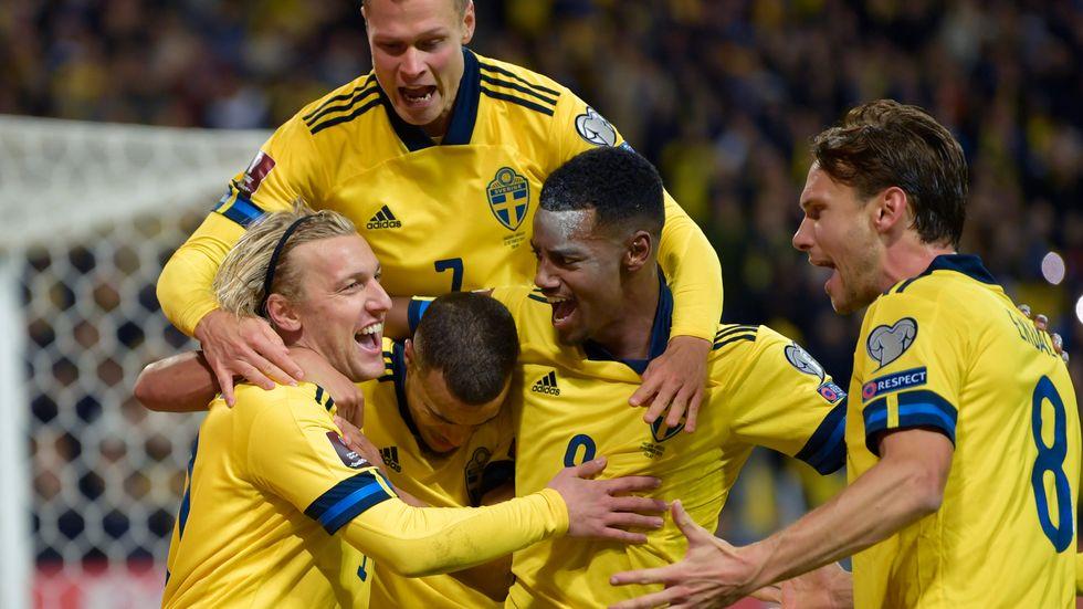 Emil Forsberg, Viktor Claesson, Robin Quaison, Alexander Isak och Albin Ekdal firar Forsbergs 1–0-mål mot Grekland.