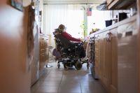 Cirka 15700 personer i Sverige har rätt till assistansersättning från Försäkringskassan. (Arkivbild)