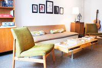 I vardagsrummet dominerar möbler från Roys favoritdecennium: 60-talet. På väggen hans egen konst.