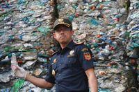 Tullchefen Heru Pambudi framför en container med plastsopor i Jakarta.
