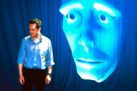 Jeremiah, ett interaktivt virtuellt ansikte, med sin skapareRichard Bowden på University of Surrey, England.