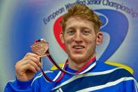 Mathias Günther med medaljen han nu blir av med.