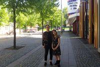Eira Arnberg Sundin med mamma Klara Arnberg passerar Gröna Lunds ingång några dagar före öppningen.