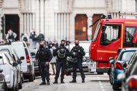 Fransk polis utanför kyrkan i Nice där knivdådet ägde rum på torsdagen.