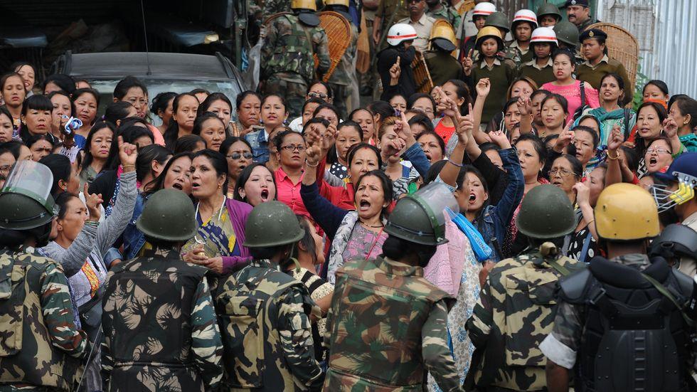Polis stoppar proteströrelsen Gorkha Janmukti Morcha anhängare i Darjeeling, där hundratals soldater och kravallpolis patrullerar gatorna.