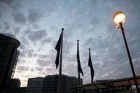 EU-flaggor slokar i gryningen i Bryssel när EU:s stats- och regeringschefer suttit hela natten men ändå inte enats om vem som ska få vilket toppjobb.