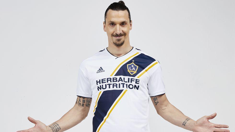 Zlatan Ibrahimovic flyger till Los Angeles i dag och ska läkarundersökas, träna och presenteras för sin nya klubb i morgon.