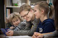 Lärarstudenten Lotta Tuominen med eleverna Aava Jordan och Pyry Hyvärinen.